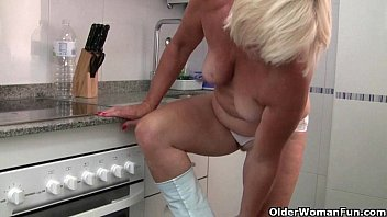 hot kitchen in mom teasing Pussy licking n fucking